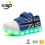 Girls&Boys를 위한 2016의 새 모델 LED 가벼운 운동화 아이 LED 단화가 LED에 의하여 Cacvas 구두를 신긴다