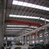 Atelier industriel en acier avec le toit de lumière du soleil