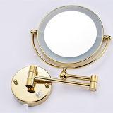 Specchio illuminato fissato al muro della stanza da bagno