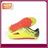 サッカーはフットボールの靴の熱い販売をクリートで補強する
