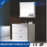 Gabinete de banheiro clássico branco fixado na parede simples do PVC