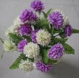 Il mazzo dei fiori poco costosi e artificiali