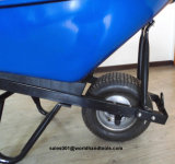 Wheelbarrow resistente com a roda enlameada larga