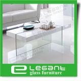 Mesa de café clara de vidro curvado com prateleira de madeira de cinza