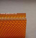 O acrílico chapeia o painel do favo de mel