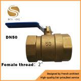 Vávula de bola de cobre amarillo femenina con la maneta del hierro de China