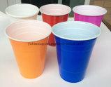 Het drinken van de Plastic Koppen van Pilsener van het Bier voor Partij