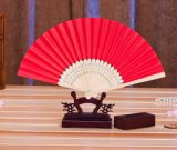 Hand - gehouden Zijde die Ventilator met het Been van het Bamboe en zeer Aantrekkelijke het Gezicht van de Zijde vouwen