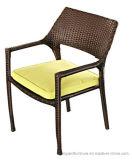 現代ホテルのテラスの最下のクッションが付いている柳細工のレストランの椅子の喫茶店スタック椅子