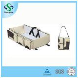 1人の赤ん坊のおむつ袋のベッドのおむつの幼児に付き3人は折畳み式ベッドの携帯用変更表のPortacribの男の子の女の子のベストを運ぶ
