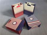 Forma que envolve o saco de papel de embalagem do presente da compra com fita