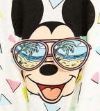Camisa de T da menina com óculos de sol do desgaste