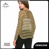 女性夏の開いたニットのセーターの上