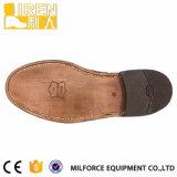De bruine Eenvormige Schoenen van het Leer van de Koe van de Kleur