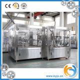 Engarrafamento da água mineral e equipamento da embalagem