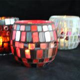 El LED sin llama mira al trasluz la decoración del sostenedor de vela del vidrio de mosaico