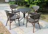 Da tabela simplesmente ao ar livre dos restaurantes da mobília do jardim do europeu cadeiras e das 2 pilhas para a plataforma do pátio da casa do café