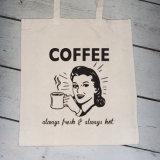 再使用可能袋の綿袋かキャンバスの綿袋のショッピング・バッグを運びなさい