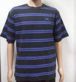 人によって印刷される縞のTシャツ