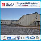 プレハブの鉄骨構造の工場か倉庫