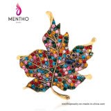 De Bladeren van de Esdoorn van de Manier van de verklaring geven de Kleurrijke Juwelen van de Broche van het Bergkristal voor Vrouwen gestalte