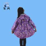 かわいいフードが付いている子供によって着色される雨ポンチョ