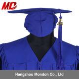 ふさの無光沢のロイヤルブルーが付いている高校卒業の帽子