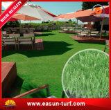 Tappeto erboso artificiale verde oliva dell'erba di plastica verde dell'interno del giardino