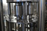 Разлитая по бутылкам машина завалки воды соды для сбывания