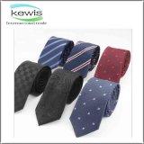 A planície verific a gravata de seda colorida estilo do poliéster para ver se há homens de negócio