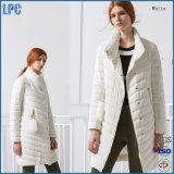 La solapa blanca de la manera con el botón para de las señoras la chaqueta abajo