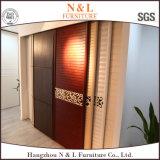 Guardaroba di legno dell'armadio del portello scorrevole con il portello bianco del PVC di colore