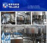 Ligne remplissante de l'eau de boissons de bouteille d'animal familier