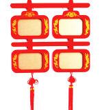 Marco de madera feliz tradicional chino rojo con la franja de seda