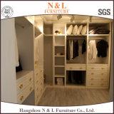 ヨーロッパ式のカシ木寝室の家具のワードローブ
