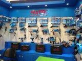 La mano di Fixtec lavora il cacciavite di 125mm CRV Pozidriv