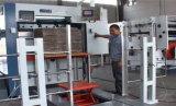 Stempelschneidene und faltende Maschine im vollen automatischen Zustand mit dem Entfernen