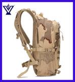 Militärischer taktischer Tarnung-Rucksack schultert Paket, das im Freienfreizeit einsackt (SYSG-1846)