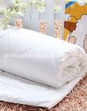 Het Dekbed van de Zijde van de Moerbeiboom van Nautural met Goede Breathability wordt geplaatst die