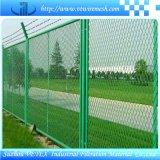 溶接された金網の庭の塀