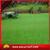 El césped artificial sintetizado verde que pone de la hierba del golf alfombra la estera