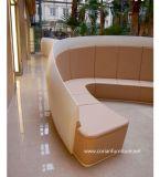 現代最高のヒルトンホテルのロビーの家具の待っているチェックイン