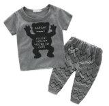 Vestiti di modo del bambino con la maglietta ed i pantaloni in vestiti dei bambini
