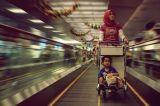 空港地下鉄の地下鉄は頑丈なエスカレーター大き流れる