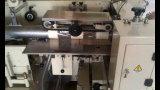 機械に生理用ナプキンのパッキング機械をするトイレットペーパー