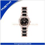 Le modèle de Mens de montre-bracelet observe la montre blanche