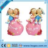 Figurine пар декоров таблицы венчания с Figurine смолаы сердца