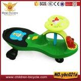 中国の工場からの黄色く赤い青緑の子供車のおもちゃ