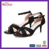 Sandali delle micro signore della pelle scamosciata di colore nero