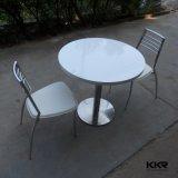 白いカラー円形の小さいコーヒーテーブルを反スクラッチしなさい